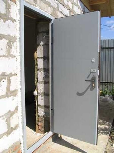 установка железной входной двери на даче